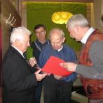 Dyrektor Aeroklubu B. Krupa wręcza jubilatowi list gratulacyjny od Prezydenta Żor