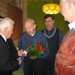 Upominek od Klubu Seniorów Lotnictwa wręcza jego prezes A. Porębski