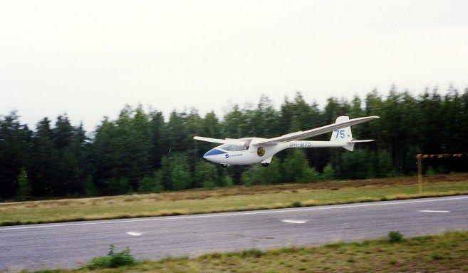 """""""Purjekone PW-5 laskussa"""" autorstwa J-P Kärnä. Licencja CC BY-SA 3.0 na podstawie Wikimedia Commons - http://commons.wikimedia.org/wiki/File:Purjekone_PW-5_laskussa.jpg#/media/File:Purjekone_PW-5_laskussa.jpg"""
